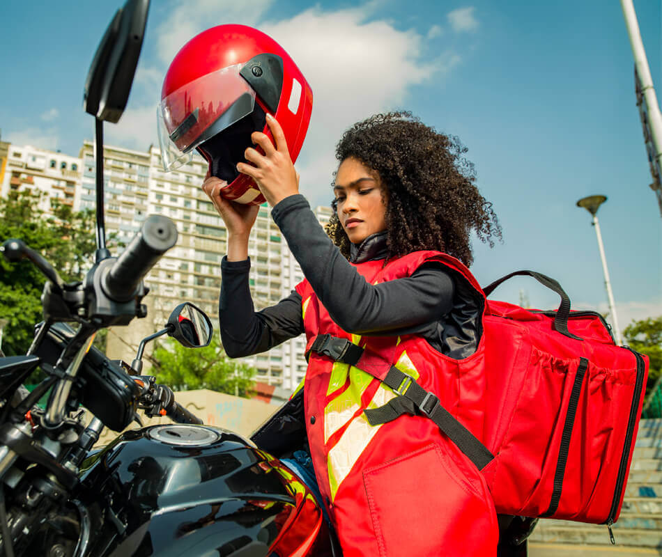 Entregadora iFood na moto