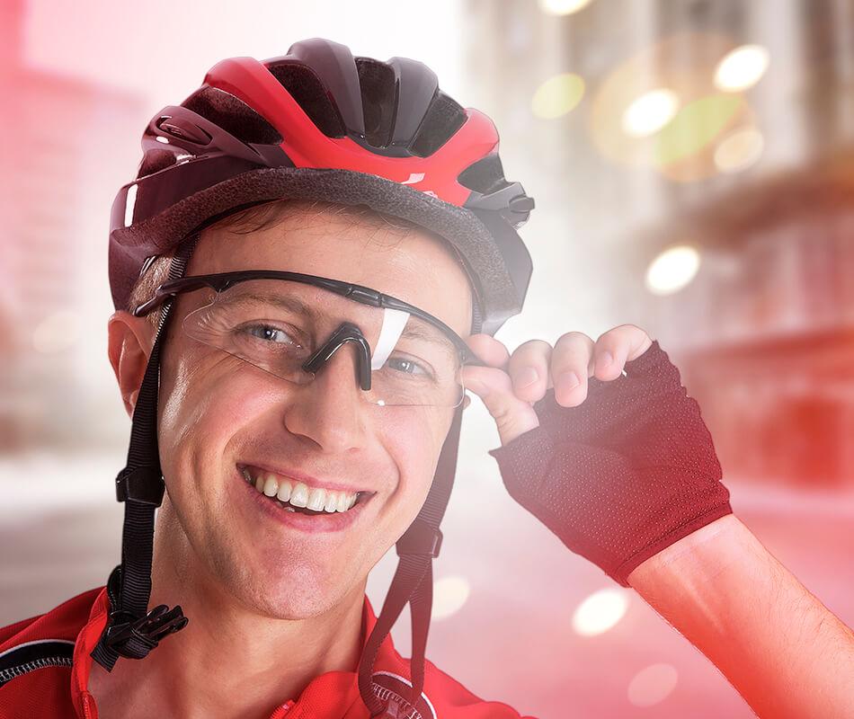 Ciclista com óculos de proteção